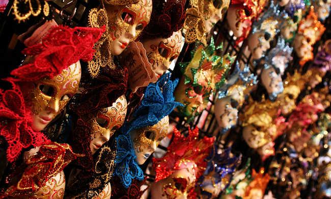 A velencei karneválon a maszkot is le kell venni az ellenőrzéshez