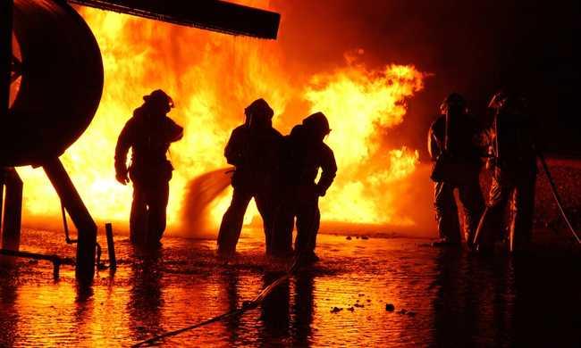 Felcsaptak a lángok a pesti autópiacon - videó