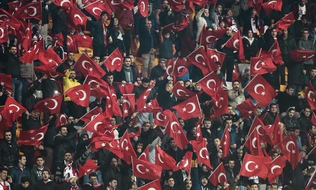 Kifütyülték a gyászszünetet a török szurkolók