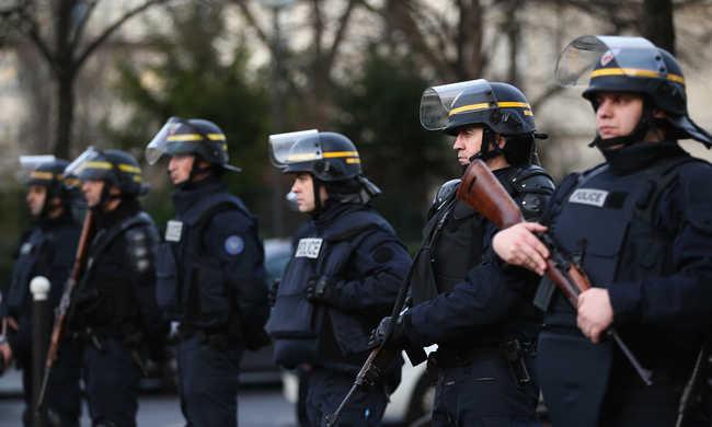 Gépkarabélyokat kapnak a párizsi rendőrök