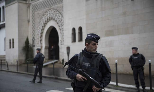 Franciaországban február végéig tarthat a rendkívüli állapot