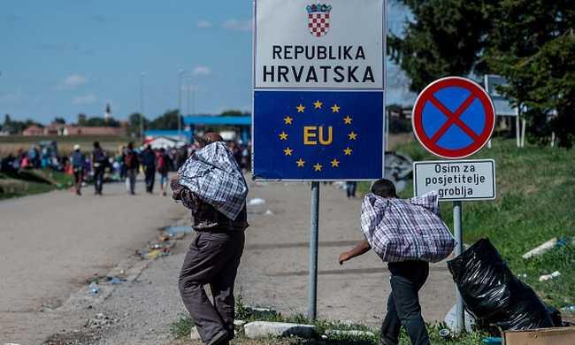 Tüntetnek a migránsok a határon