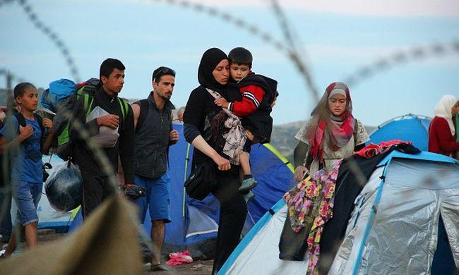 Több ezer migráns rekedt a határon a taxissztrájk miatt