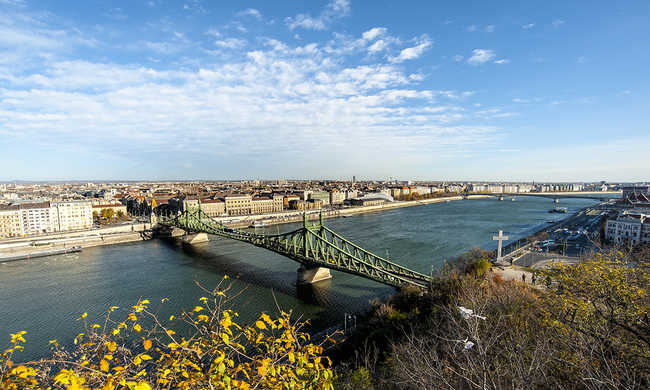 Lezárják a környéket, tüzérségi eszközt találtak a Szabadság hídnál