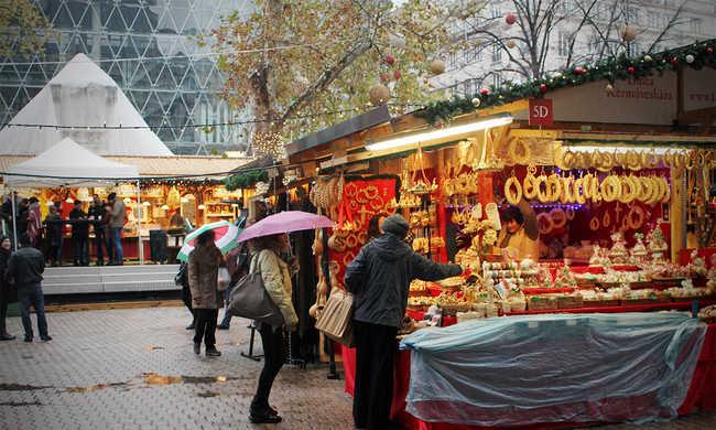 Árusok voltak, vevők alig az esős karácsonyi vásáron - fotók