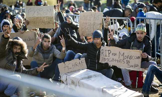Bevarrták a saját szájukat a migránsok