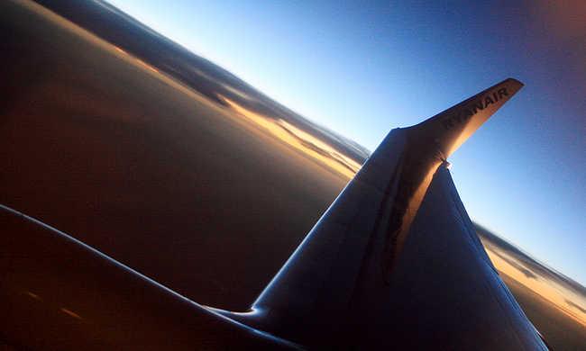 A levegőben feszegette a repülőgép ajtaját