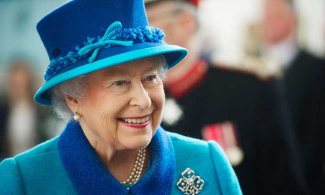 Facebook szerkesztőt keres II. Erzsébet angol királynő