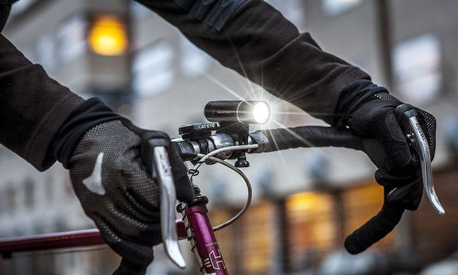 Brutális baleset: egymás után háromszor gázolták el a biciklist - videó