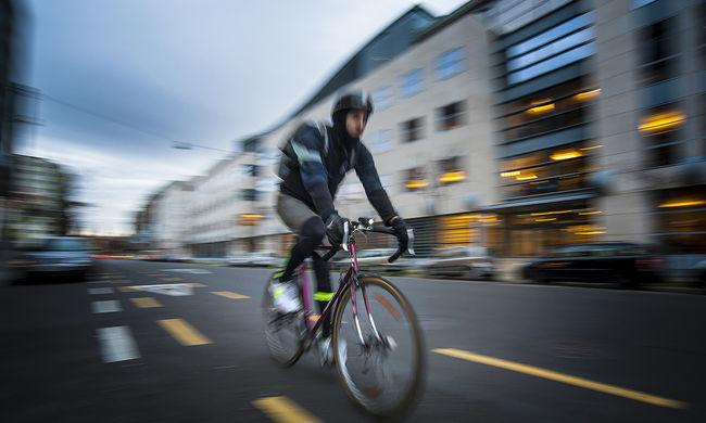 Bicikliversenyen, a mellkasával kért randit, a lány nem tudott ellenállni