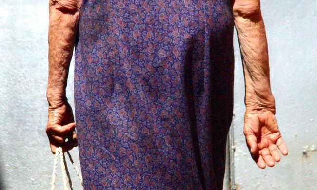 Gyógyító takarókkal csalt ki tízezreket az idősekből