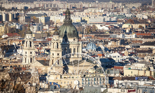 Özönlenek a turisták Budapestre