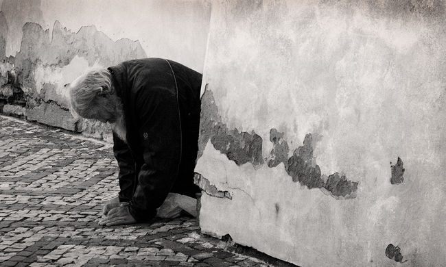 Késelés a piacon: a fekvőhelyen vesztek össze a hajléktalanok