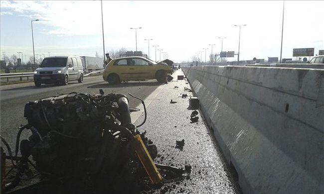 Kirepült az autó motorja az ütközéstől