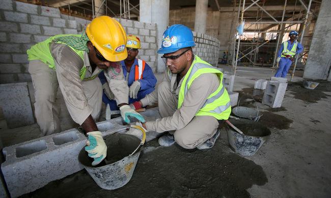 Rabszolgaként dolgoztatják a munkásokat Katarban