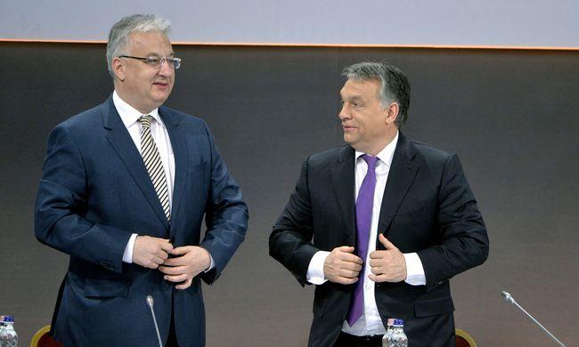 Orbán: a migránsok nem bejönnek, hanem lerohanják Európát