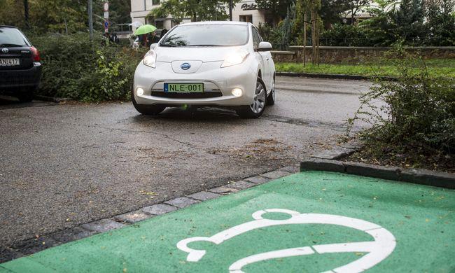 A környezetkímélő autók ingyen parkolhatnak Budapesten