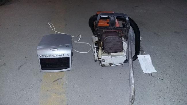 Láncfűrészt és rádiót lopott