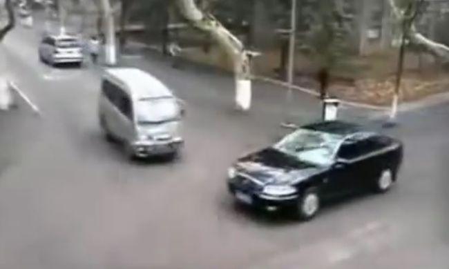 A legőrültebb autósok: konyhai bárdot tartanak a kocsiban - videó