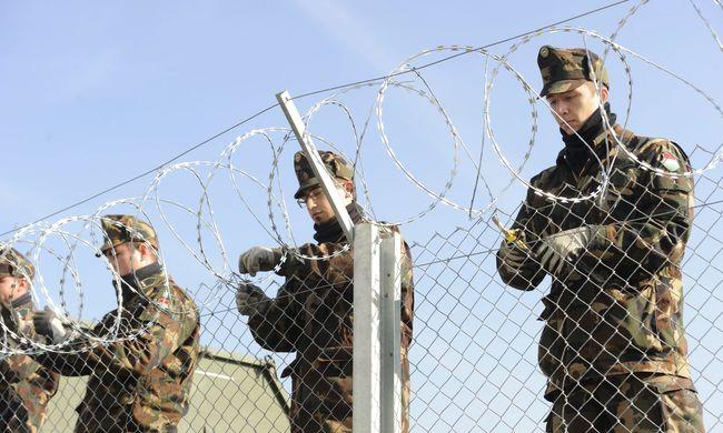 Fegyvert fogtak a magyar határőrökre a migránsok