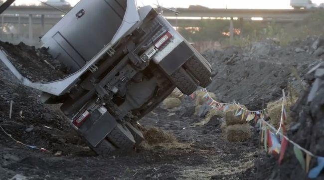 Felborult egy kamion a 2-es főúton, teljes az útlezárás