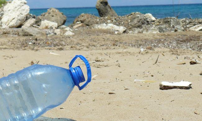 Tengerbe dobált műanyag palackokból készítenek ruhát