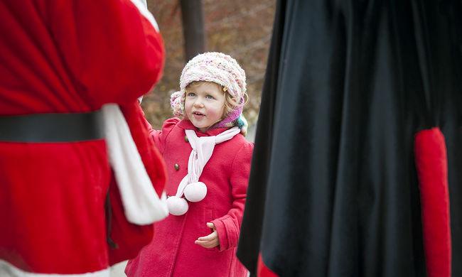 Megszeppent kisgyerekek találkoztak a Mikulással az állatkertben