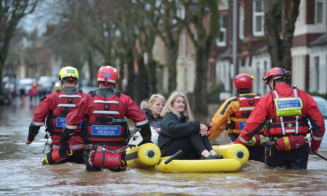 Drámai fotók: derékig ér a víz a belvárosban, gumicsónakkal mentik az embereket