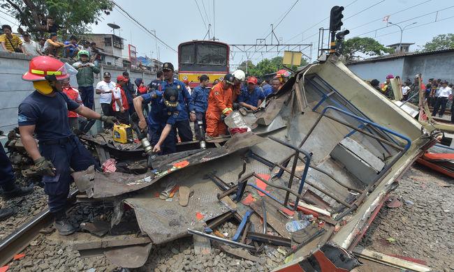 Vonattal ütközött a busz, többen meghaltak