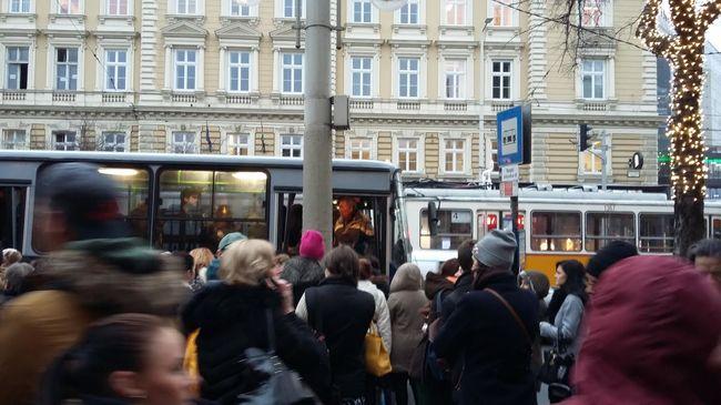 Nem jár a villamos, tömegek várnak a buszokra