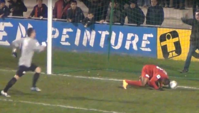 Gólt fejelt a gólvonalról, majdnem megverték - videó