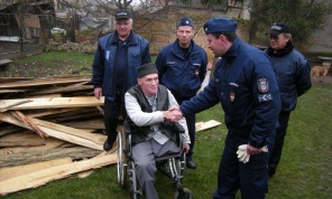 Tűzifát pakoltak a rendőrök