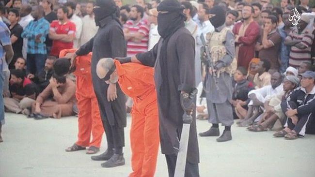 Újabb horrorisztikus videó: Két embert fejez le az Iszlám Állam, mert szerintük varázslók voltak