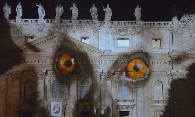 Majmok és tigrisek a Szent Péter-bazilikán a klímacsúcs miatt - videó