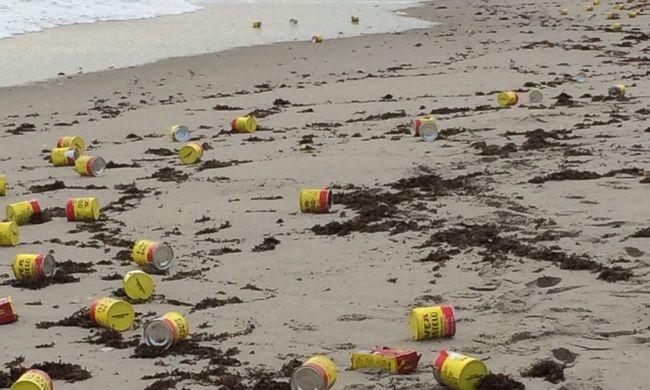 Több száz sárga kávésdobozt sodort partra a víz