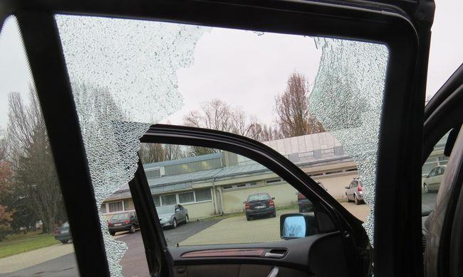 Betondarabbal törte be az autó ablakát