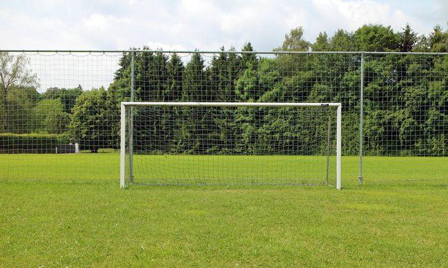 Rádőlt a focikapu a kisfiúra az iskolaudvaron Békéscsabán