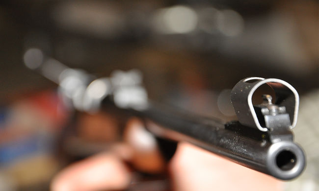 """""""Zombikra"""" vadászott, de a szomszédot lőtte a fiatal"""