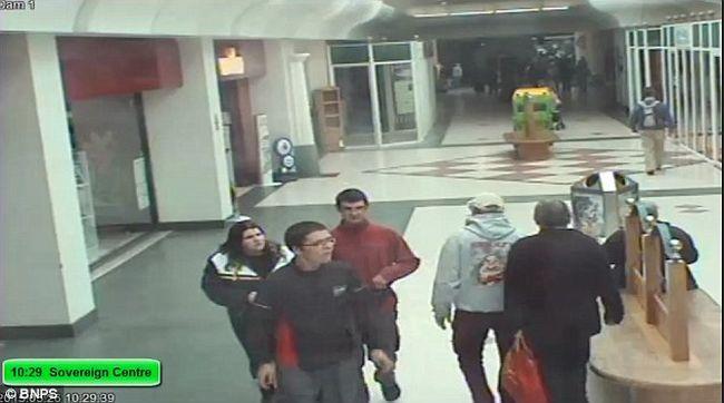 Felvette a kamera ahogy együtt sétálnak áldozatukkal a kegyetlen gyilkosok