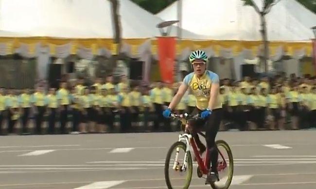 Százezren bicikliztek a thaiföldi király születésnapján