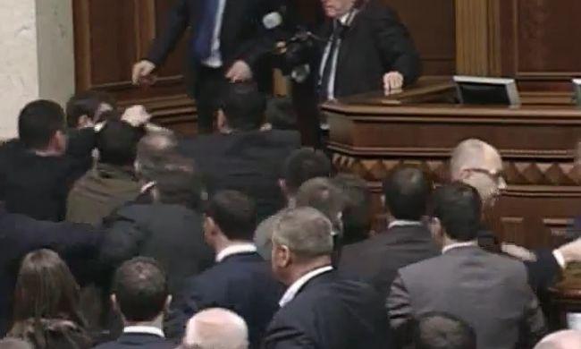 Egymást verték a parlamentben - videó