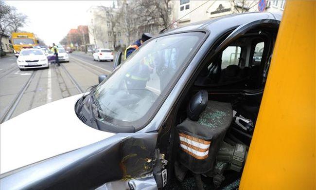 Villamos ütközött autóval