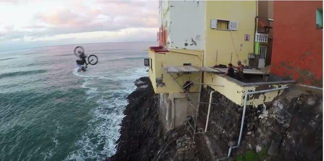 Tengerbe ugrott a magasból egy biciklivel - videó