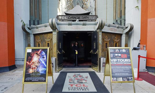 Az utcán várják a Star Wars premiert, közben megházasodnak