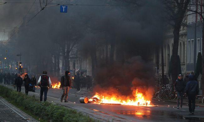 Tüntetők verték egymást - 60 rendőr megsérült - képek