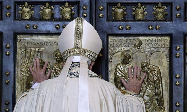Hamis pápai áldásokat foglaltak le Rómában