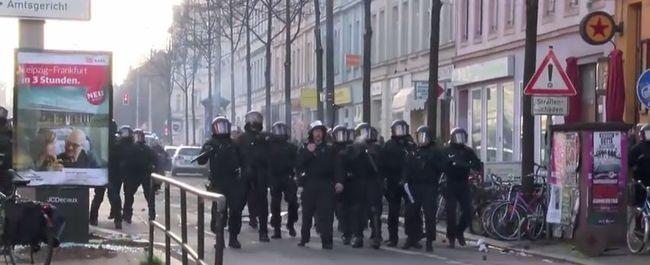 Vízágyúkkal és könnygránátokkal oszlatott a rendőrség - videó