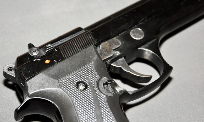 Rendőr kényszerítette szexre a tinilányt, fegyvert fogott áldozatára