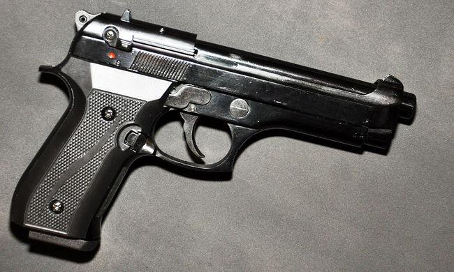 Rendőrökre lőtt egy 33 éves férfi, fegyvere nála van, keresik