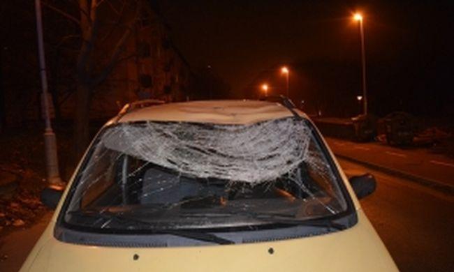 Összetört ablakkal, kerék nélkül autózott a városban a benyugtatózott asszony